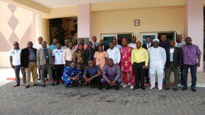 Photo officielle de groupe pendant la préparation aux accréditations en passation des marchés au Bénin