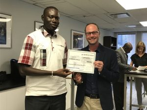 Photo of a member receiving a gift certificate thanks to the loyalty bonus programme, during the Certification in Leadership and Management training