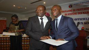 Photo pendant la cérémonie officielle de remise des accréditations professionnelles en passation des marchés au Bénin