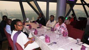 Dîner au restaurant pendant la formation en Leadership, rôles et responsabilités du gestionnaire