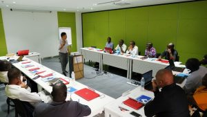 Photo de classe pendant la formation en Management des Partenariats Public-Privé (PPP)
