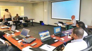 Photo de classe pendant la formation en Gestion axée sur les résultats (GAR) et mesure de la performance